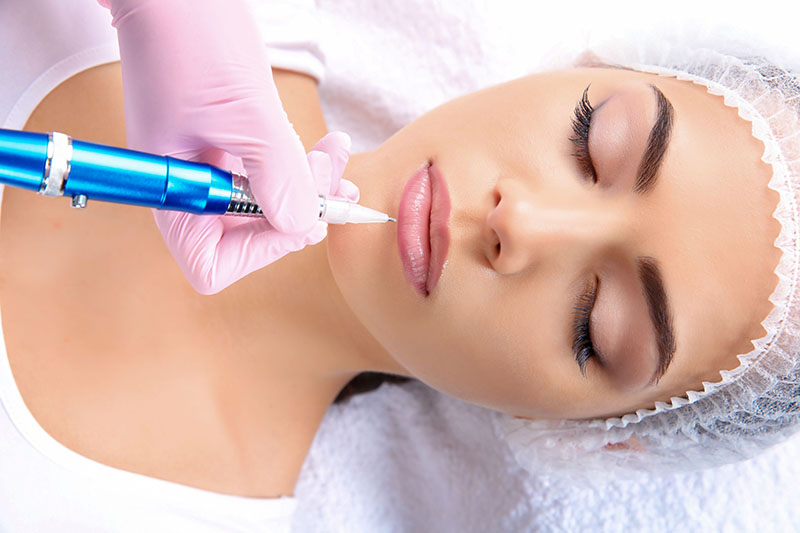 Young,Woman,Getting,Permanent,Makeup,On,Lips,In,Beautician,Salon,